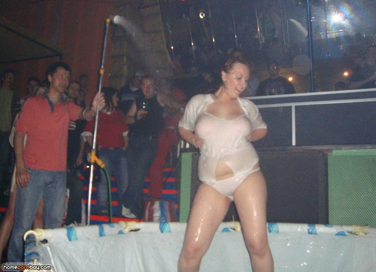 Эротическое шоу мокрых маек, Порно видео Конкурс «Мокрая Футболка» скачать 23 фотография