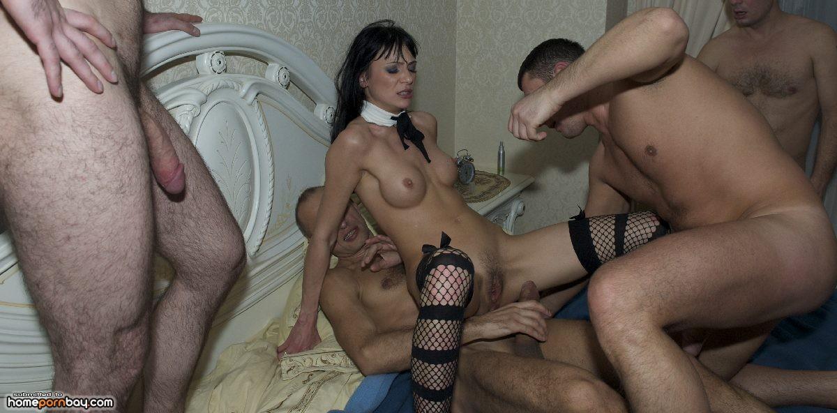 Мужики сняли проститутку и привели в дом порно ролик