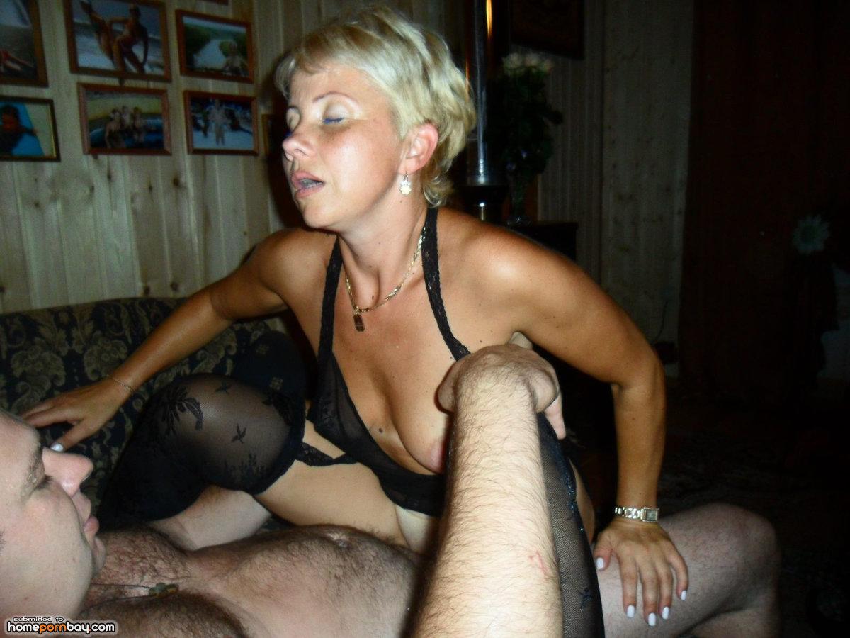 Порно похотливая жена и друзья мужа